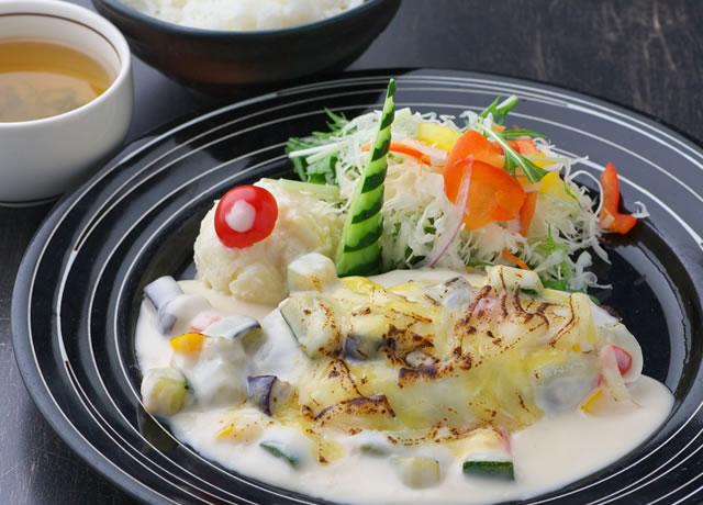 里の野菜とチーズのクリームムースハンバーグ定食
